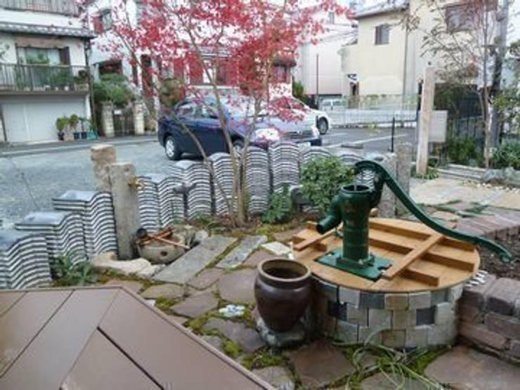 古井戸は雨水タンクに…: アーテック・にしかわ/アーテック一級建築士事務所が手掛けた庭です。