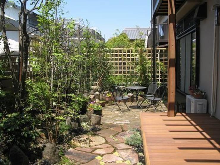 ウッドデッキは読書スペースに…: アーテック・にしかわ/アーテック一級建築士事務所が手掛けた庭です。