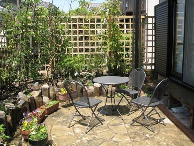 カフェスペース(南西角): アーテック・にしかわ/アーテック一級建築士事務所が手掛けた庭です。