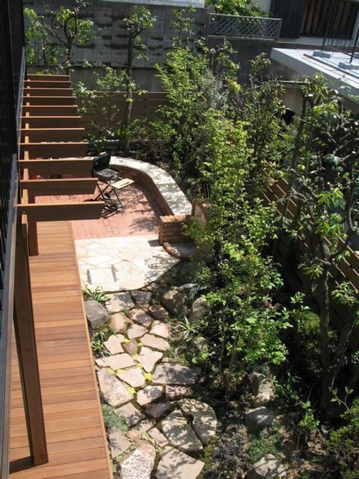 2階から南東角を…: アーテック・にしかわ/アーテック一級建築士事務所が手掛けた庭です。