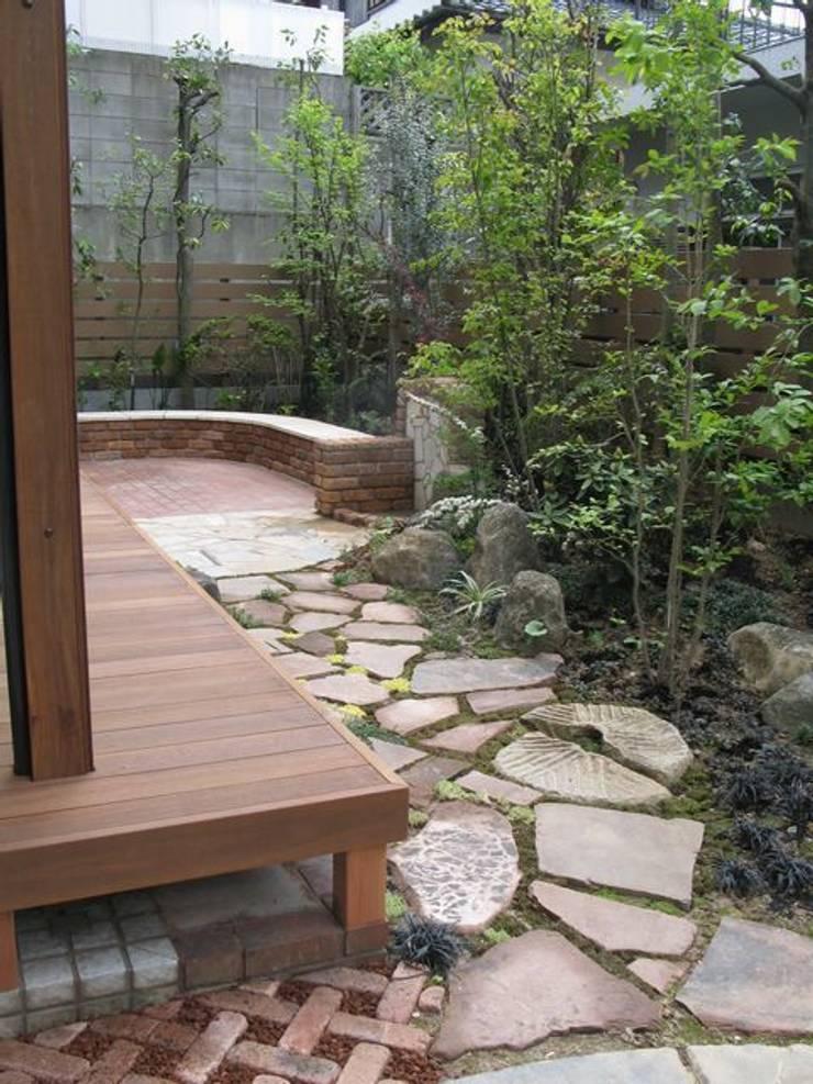 ウッドデッキの前に花木…: アーテック・にしかわ/アーテック一級建築士事務所が手掛けた庭です。