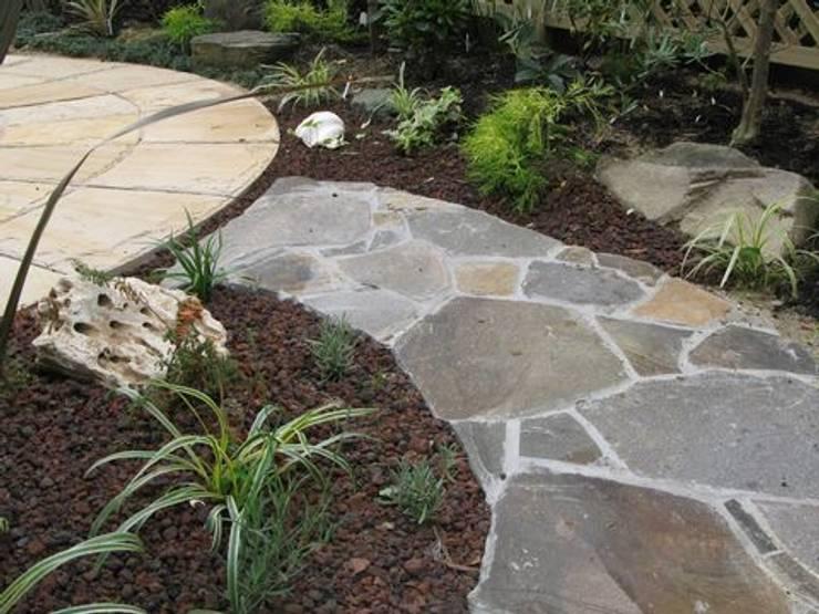 舗装面以外の部分は化粧砂利敷きで: アーテック・にしかわ/アーテック一級建築士事務所が手掛けた庭です。