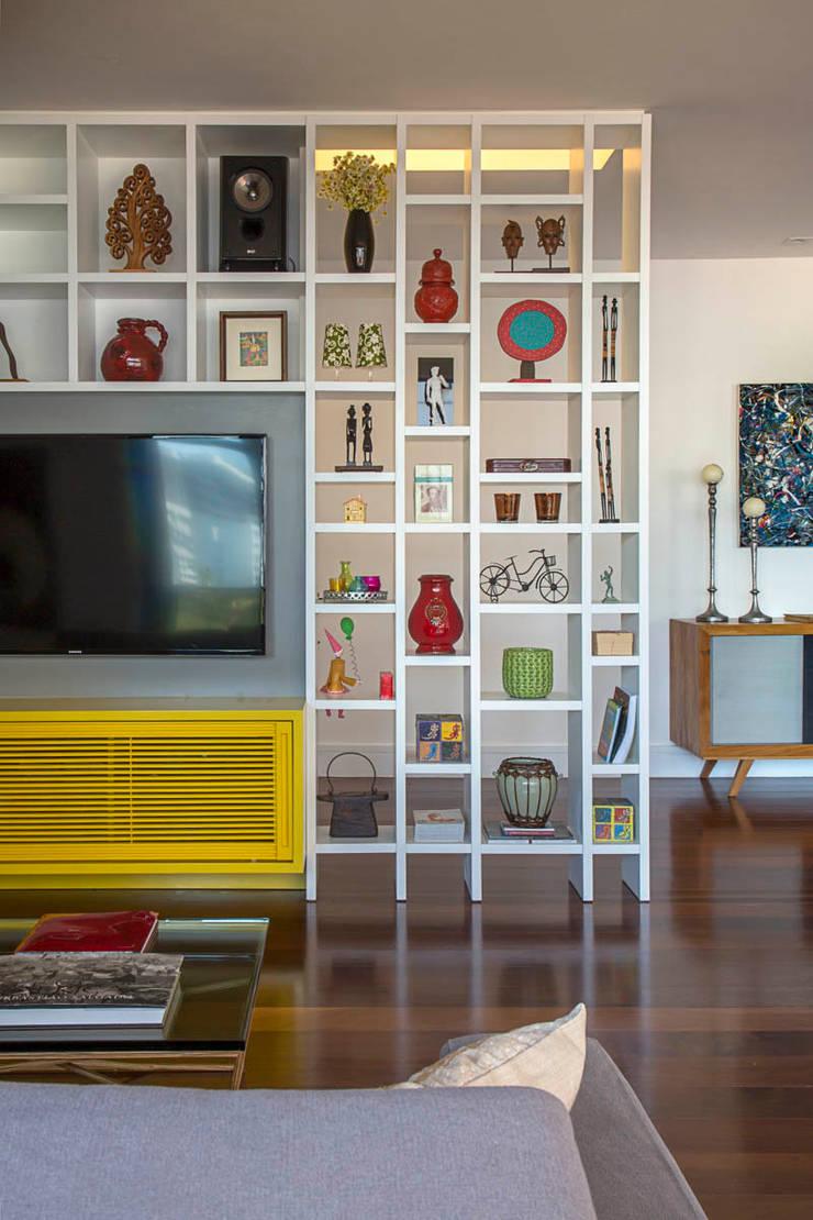 apartamento LAC: Salas de estar  por Raquel Junqueira Arquitetura,Moderno