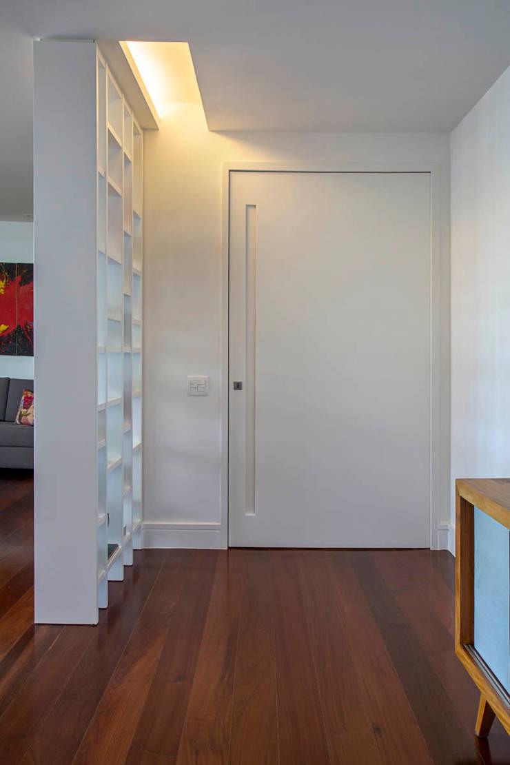 apartamento LAC: Corredores e halls de entrada  por Raquel Junqueira Arquitetura,Moderno