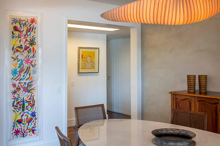 apartamento LAC: Salas de jantar  por Raquel Junqueira Arquitetura,Moderno