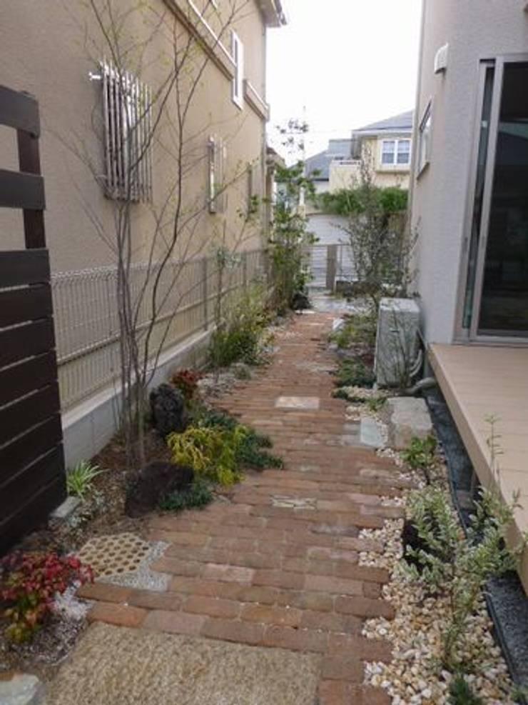 サイドガーデン(南を観る): アーテック・にしかわ/アーテック一級建築士事務所が手掛けた庭です。