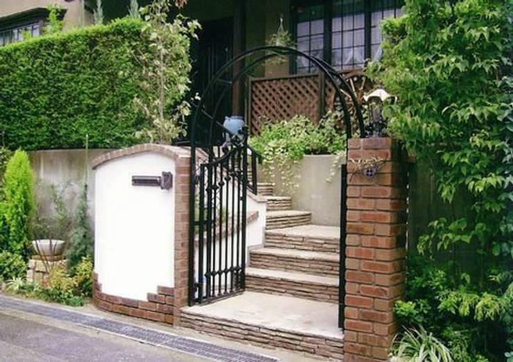 レンガ積みとジョリパット塗りの門柱: アーテック・にしかわ/アーテック一級建築士事務所が手掛けた庭です。