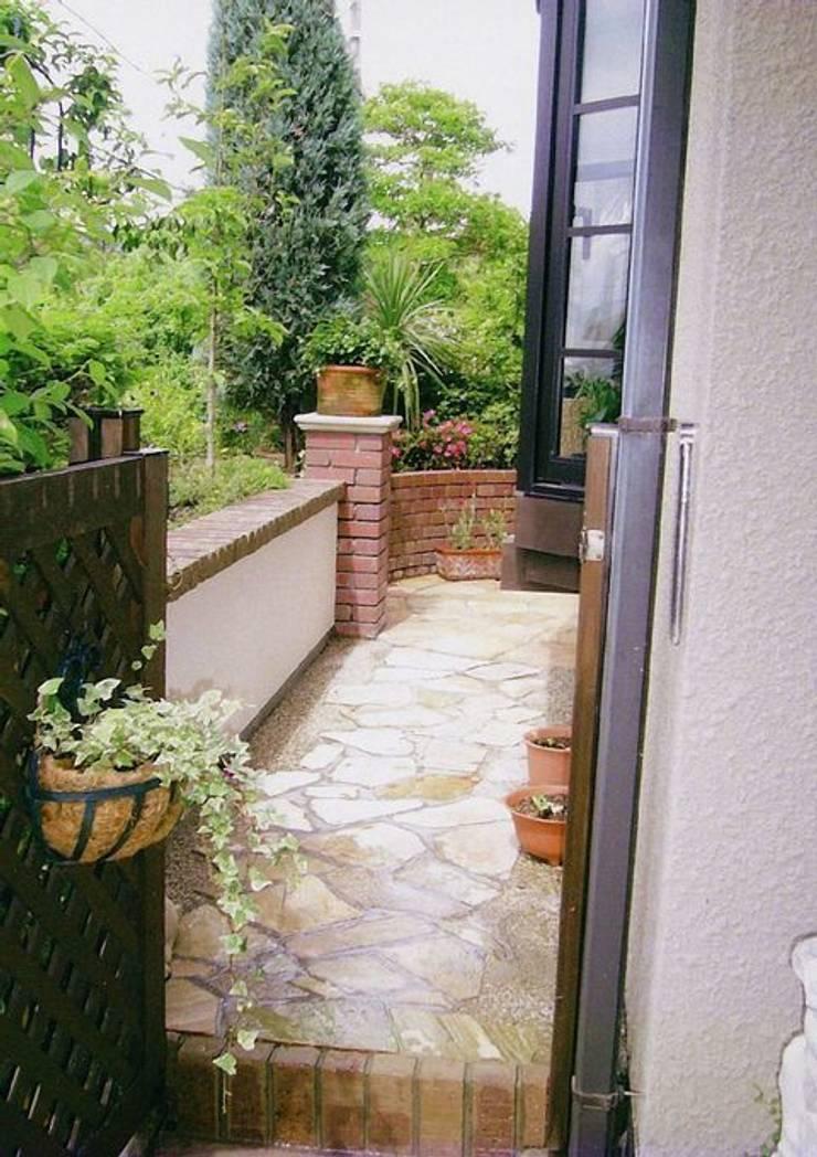 ボックスガレージ上: アーテック・にしかわ/アーテック一級建築士事務所が手掛けた庭です。