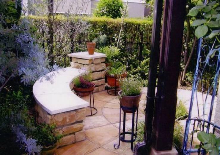 サークルを基調とした石のベンチ: アーテック・にしかわ/アーテック一級建築士事務所が手掛けた庭です。