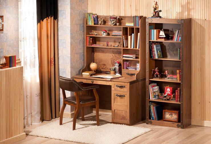 Escritorio Librería PIRATA estándar : Dormitorios de estilo  de CILEK