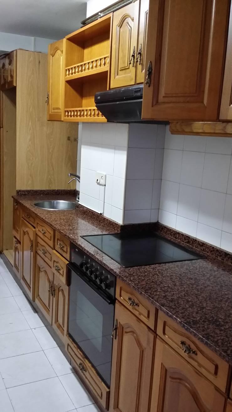 Redistribución de espacio de cocina y amueblamiento:  de estilo  de OBRAS & PROYECTOS