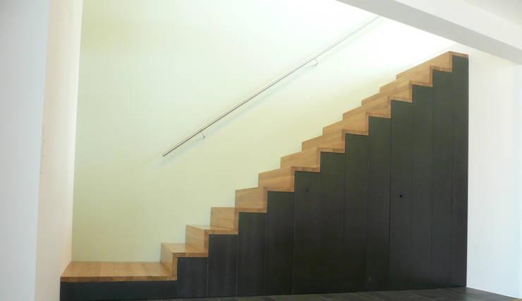 Treppe:  Flur & Diele von wilhelm und hovenbitzer und partner