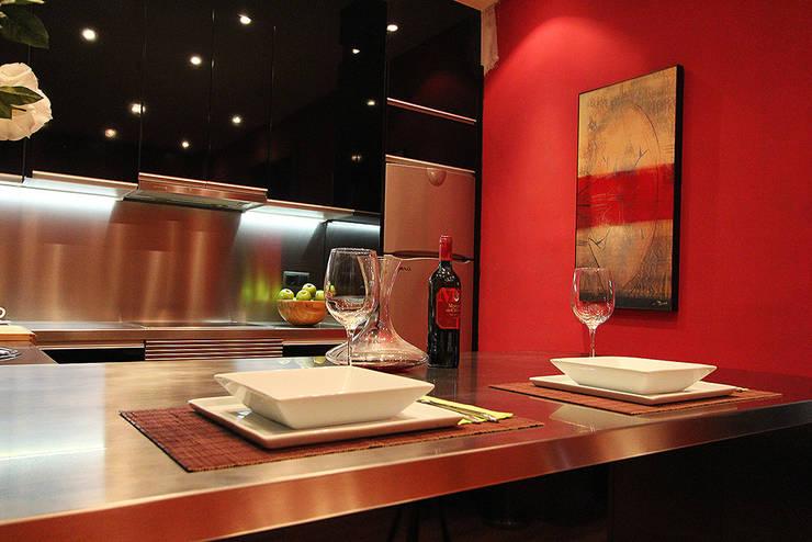 Color y carácter: Cocina de estilo  de XTe Interiorismo