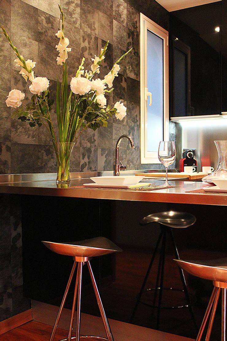 Cocina abierta, bienvenidos… : Cocina de estilo  de XTe Interiorismo
