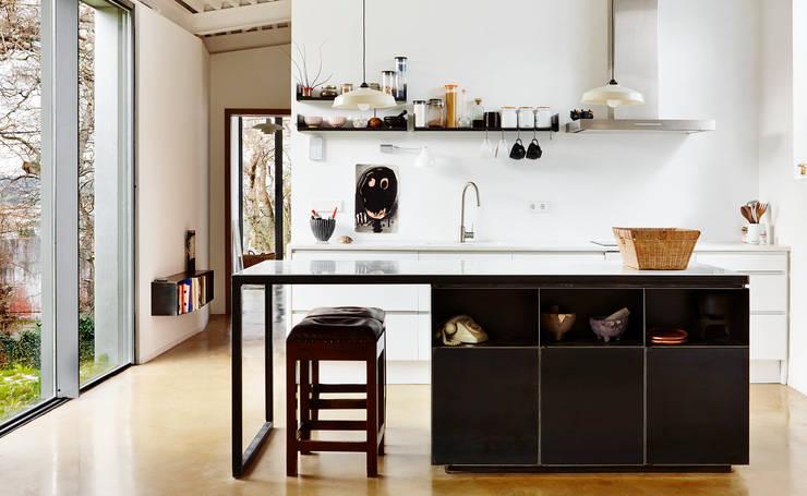 LARA RIOS HOUSE: Cocina: Cocinas de estilo  de miba architects
