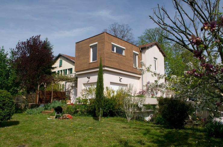 Extension vu du jardin: Maisons de style de style Moderne par RGn architecte