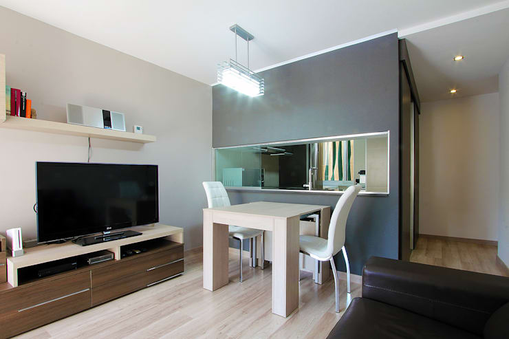Una nueva vivienda en el piso de toda la vida... en Barri Porta, Barcelona.: Salones de estilo minimalista de XTe Interiorismo