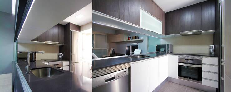 Una nueva vivienda en el piso de toda la vida... en Barri Porta, Barcelona.: Cocinas de estilo minimalista de XTe Interiorismo