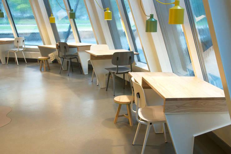 Centros de exhibiciones de estilo  por NAPSTUDIO, Moderno