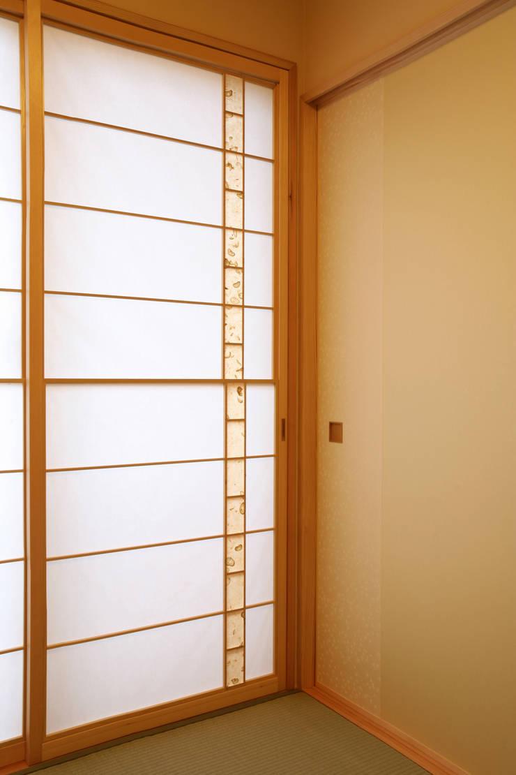 和室 (寝室): 吉田設計+アトリエアジュールが手掛けた寝室です。