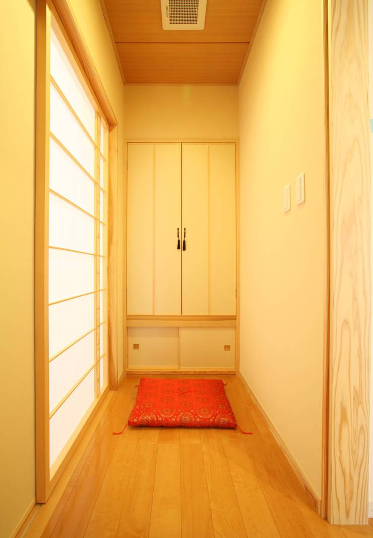 仏間 廊下 (寝室に付属した): 吉田設計+アトリエアジュールが手掛けた寝室です。