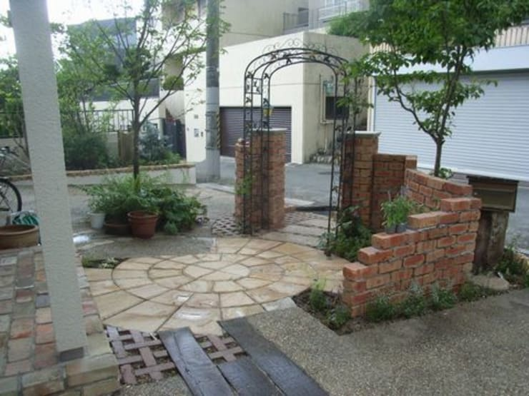砂岩サークルを大胆に…: アーテック・にしかわ/アーテック一級建築士事務所が手掛けた庭です。,カントリー