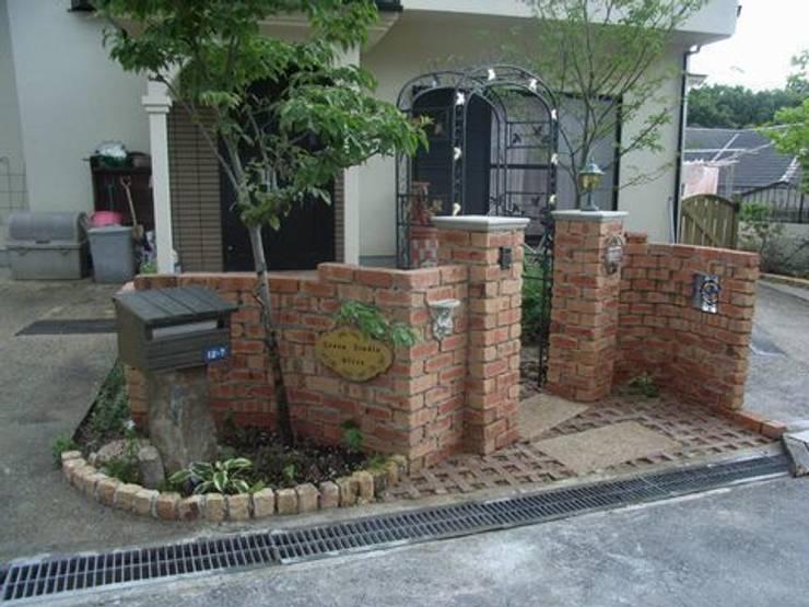 レンガ積み門柱: アーテック・にしかわ/アーテック一級建築士事務所が手掛けた庭です。,カントリー