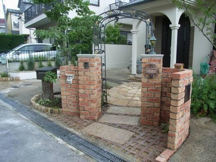 レンガ小端立てパターン敷き: アーテック・にしかわ/アーテック一級建築士事務所が手掛けた庭です。,カントリー