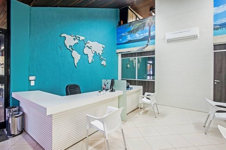 Scherman operadora de turismo: Lojas e imóveis comerciais  por Roesler e Kredens Arquitetura,