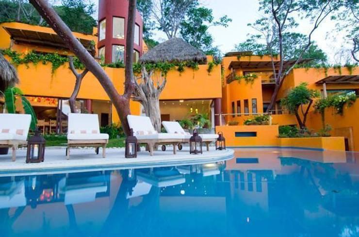 Villas Mandarina: Albercas de estilo  por CASA MÉXICO