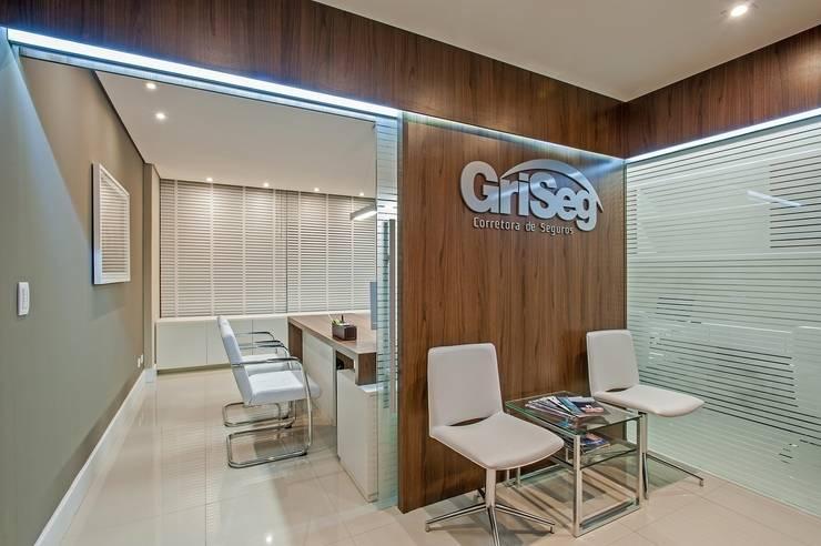 Escritório Griseg seguradora: Espaços comerciais  por Roesler e Kredens Arquitetura