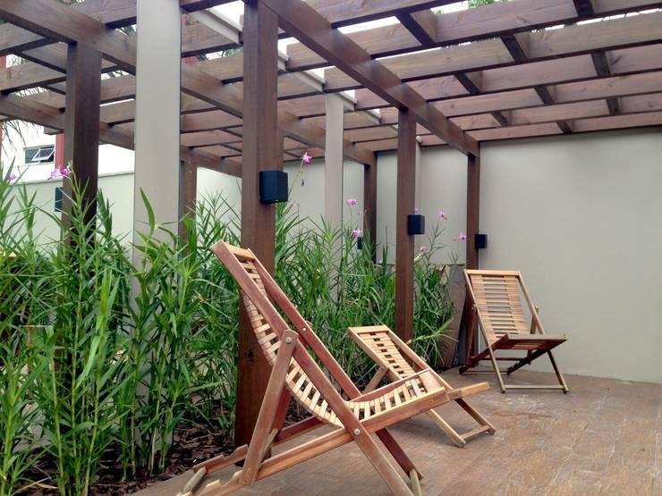 Jardim Espelhado: Jardins  por Jaqueline Domingos - Arquitetura e Interiores