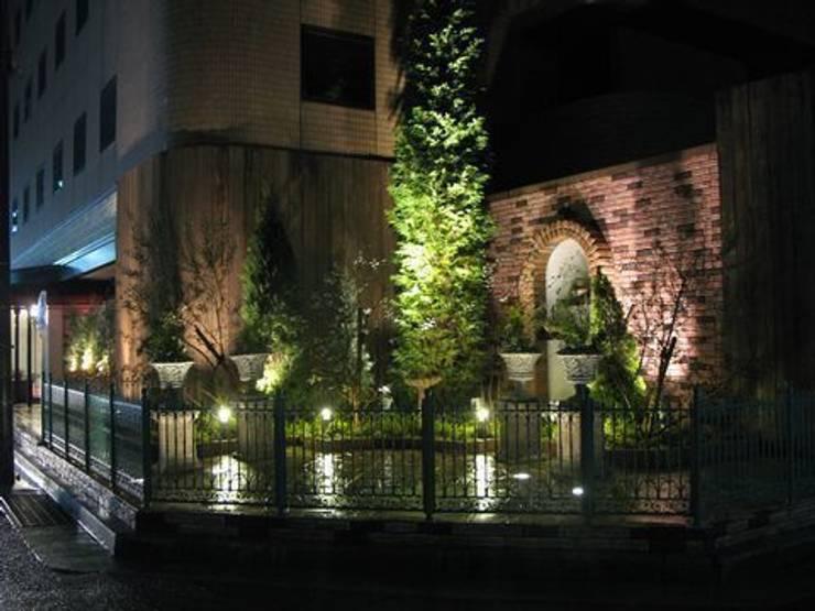 関西のシティーホテルの角地のスポットガーデン: アーテック・にしかわ/アーテック一級建築士事務所が手掛けたホテルです。,クラシック