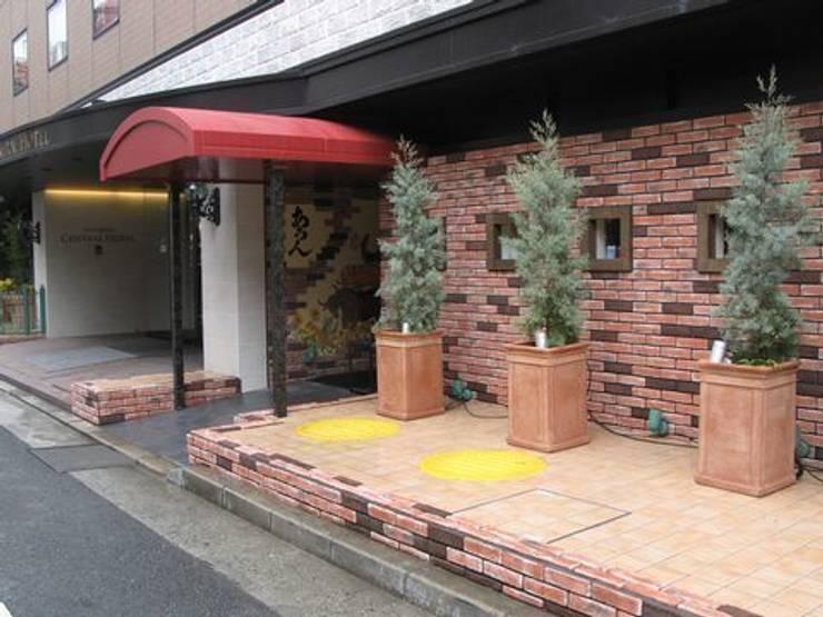 レストラン前のファサードガーデン: アーテック・にしかわ/アーテック一級建築士事務所が手掛けたホテルです。,クラシック