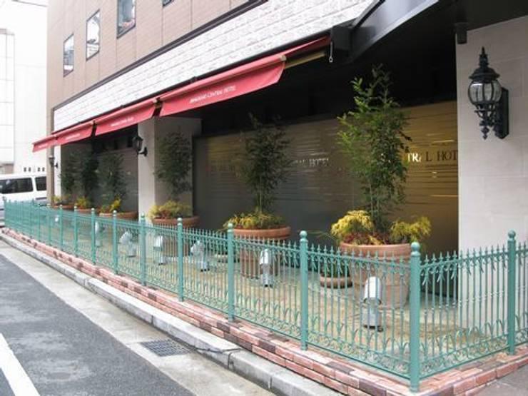 カフェテラス前のファサードガーデン: アーテック・にしかわ/アーテック一級建築士事務所が手掛けたホテルです。,クラシック
