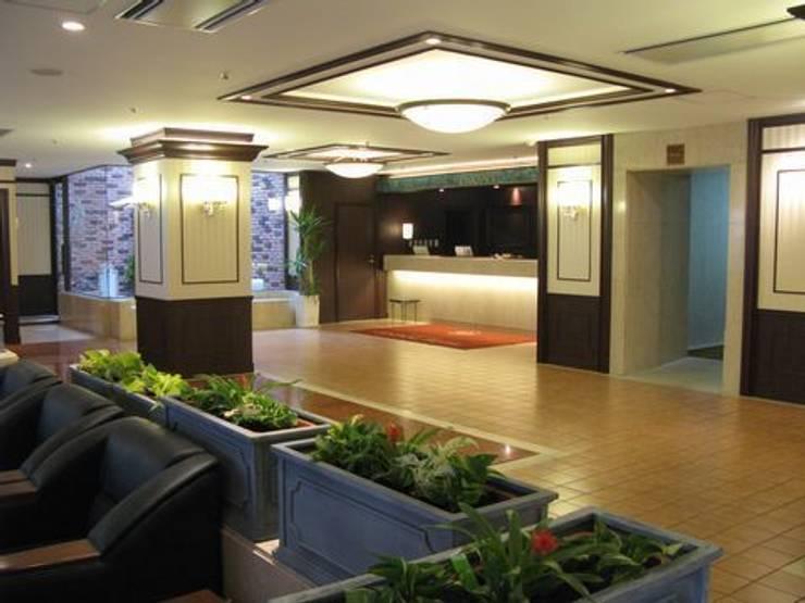 フロントのインドアグリーン: アーテック・にしかわ/アーテック一級建築士事務所が手掛けたホテルです。,クラシック
