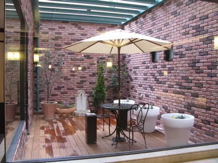 中庭: アーテック・にしかわ/アーテック一級建築士事務所が手掛けたホテルです。,クラシック
