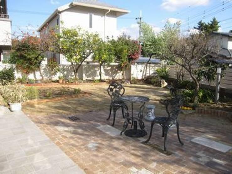 テラスから果樹園を観る: アーテック・にしかわ/アーテック一級建築士事務所が手掛けた庭です。