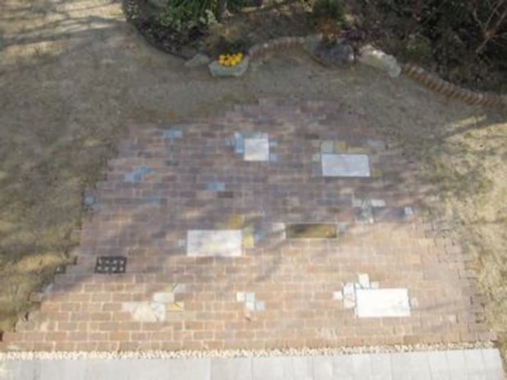 レンガ敷きにアクセントを加え: アーテック・にしかわ/アーテック一級建築士事務所が手掛けた庭です。