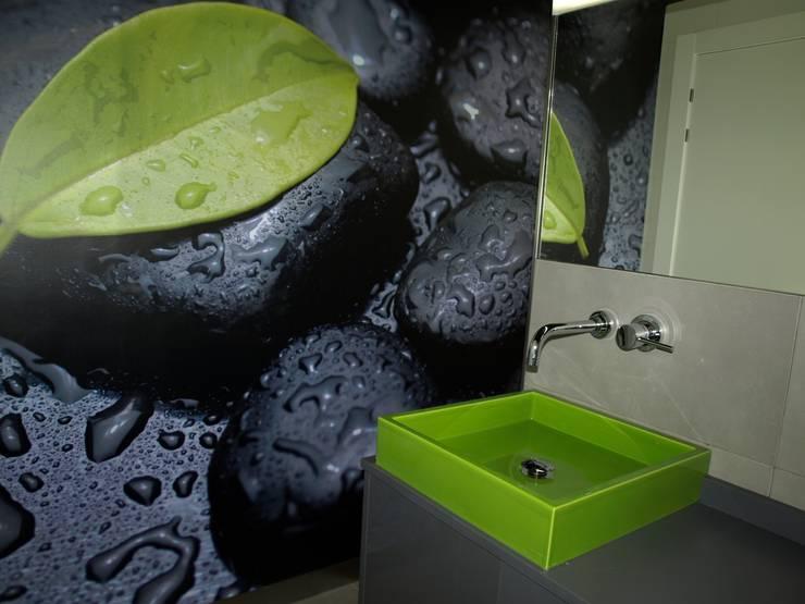 UN BAÑO EN DOS ESTANCIAS CON MUCHO COLOR: Baños de estilo  de  MIKELY Decoradores de Interiorismo