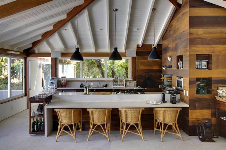 casa CR: Cozinhas campestres por Raquel Junqueira Arquitetura