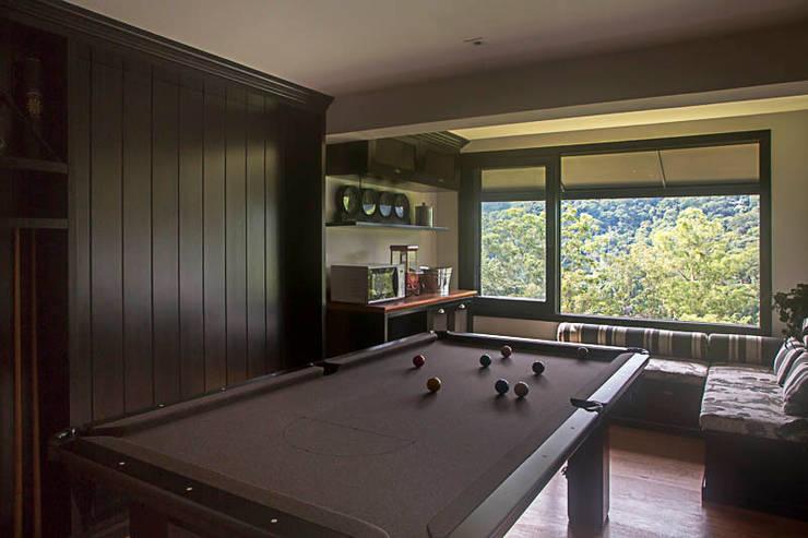 casa CR: Salas de estar campestres por Raquel Junqueira Arquitetura