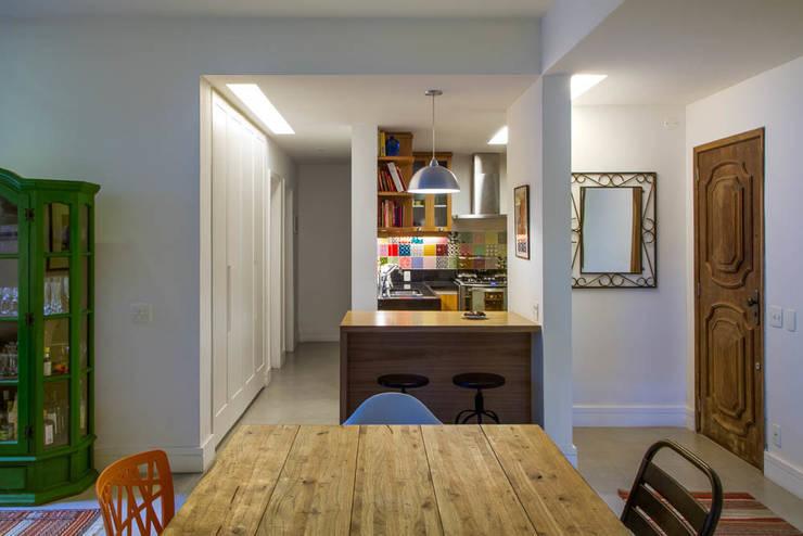 APARTAMENTO KG: Salas de jantar modernas por Raquel Junqueira Arquitetura