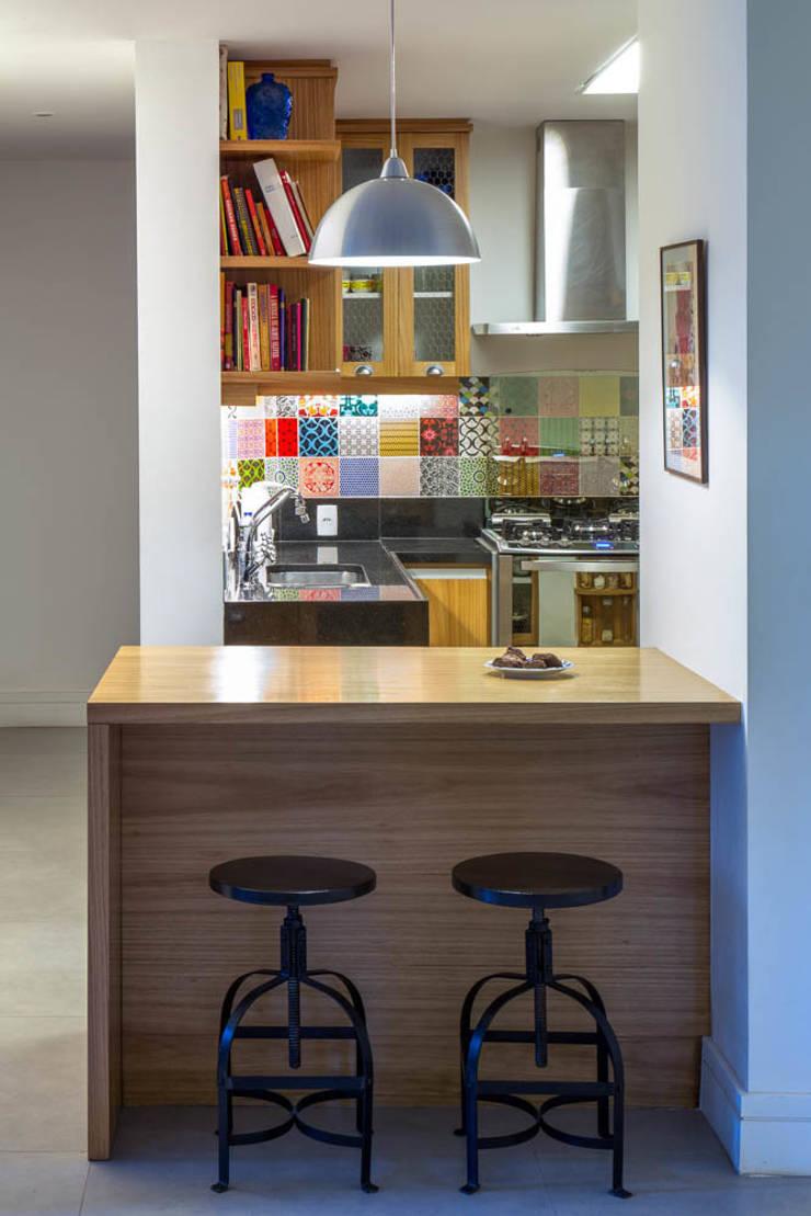 APARTAMENTO KG: Cozinhas modernas por Raquel Junqueira Arquitetura