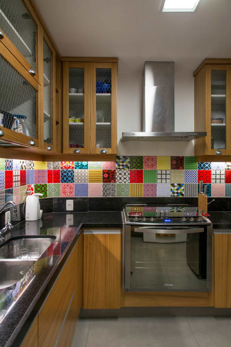 APARTAMENTO KG: Cozinhas  por Raquel Junqueira Arquitetura
