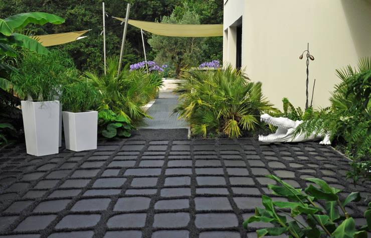 Jardinières Pyramidales pour une décoration Jungle Chic !: Jardin de style de style Tropical par ATELIER SO GREEN