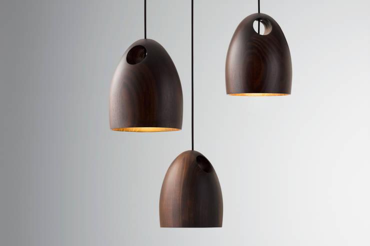 Ross Gardam OAK dębowa lampa wisząca  z ręcznie klejonego drewna: styl , w kategorii Korytarz, hol i schody zaprojektowany przez ilumia.pl