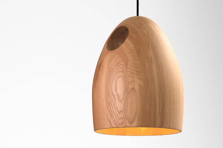 Ross Gardam OAK dębowa lampa wisząca  z ręcznie klejonego drewna: styl , w kategorii Jadalnia zaprojektowany przez ilumia.pl