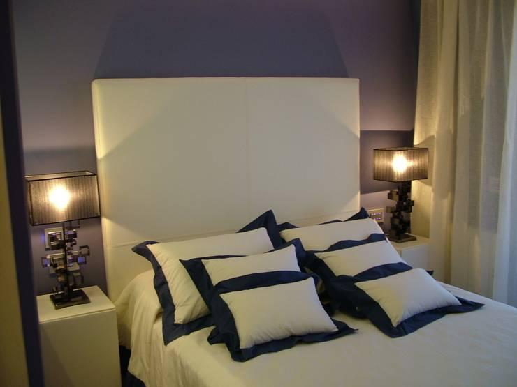 APARTAMENTO EN SITGES (BARCELONA): Dormitorios de estilo  de RIART I ASSOCIATS
