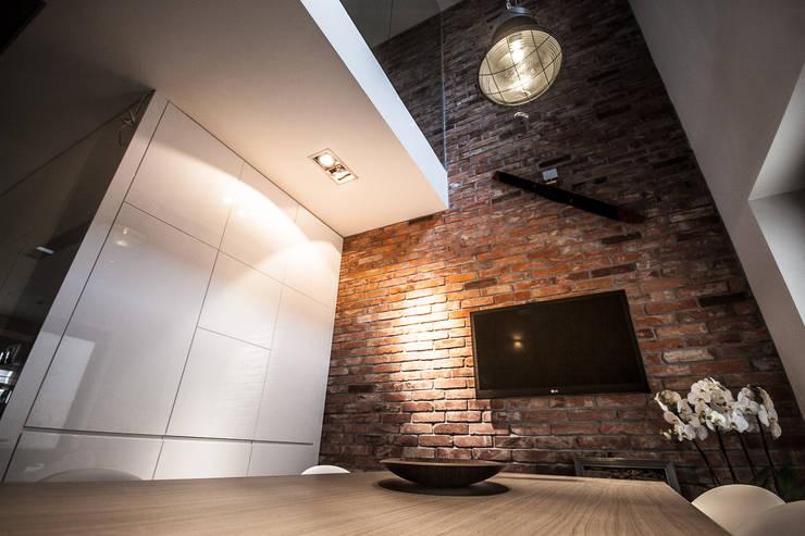 ściana z cegłą rozbiurkową: styl , w kategorii Przestrzenie biurowe i magazynowe zaprojektowany przez Inspiration Studio